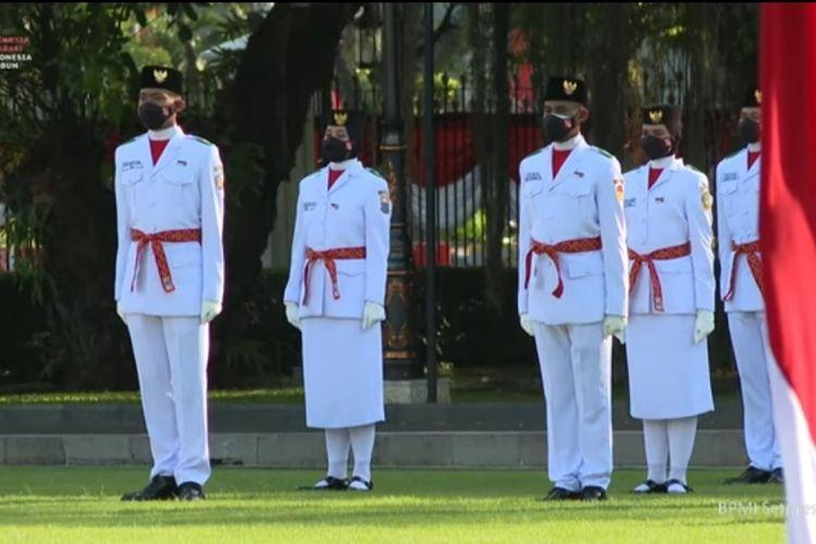 Anggota Paskibraka 2021 saat upacara pengukuhan paskibraka yang bertugas untuk upacara peringatan HUT ke-76 RI di Istana Merdeka, Jakarta, Kamis (12/8/2021).