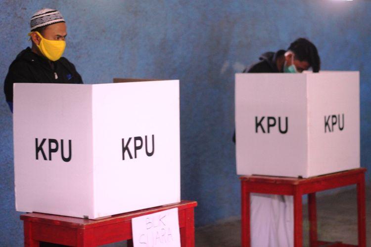 Seorang warga Desa Bunisari, Kecamatan Warungkondang, Kabupaten Cianjur, Jawa Barat, tengah menyalurkan hak pilihnya di bilik suara dalam pemungutan suara ulang Pilkada Cianjur 2020, Minggu (13/12/2020).