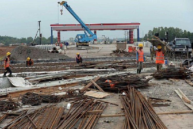 Aktivitas pembangunan Tol Palembang-Indralaya (Palindra), Rabu (24/5). Menjelang Lebaran 2017, Tol Palindra Seksi I Palembang-Pemulutan dengan panjang sekitar 7 kilometer akan dibuka secara fungsional.