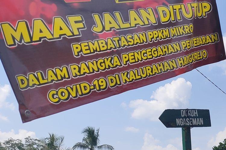Portal menutup jalan masuk menuju RT 21 Pedukuhan Ngaseman, Kalurahan Hargorejo, Kapanewon Kokap, Kabupaten Kulon Progo, Daerah Istimewa Yogyakarta.