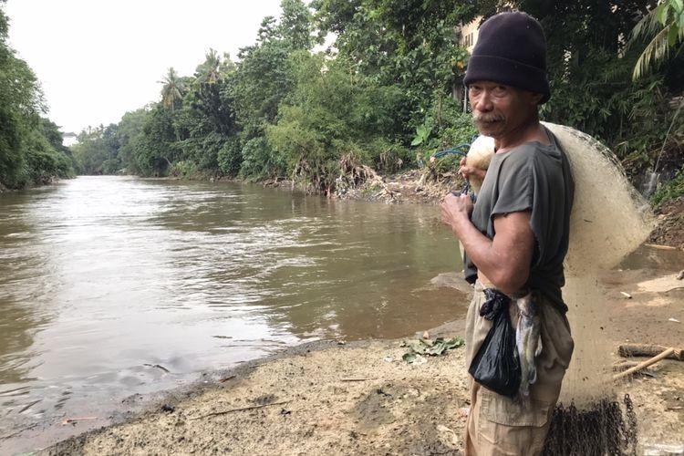 Paing (60), laki-laki asal Pemalang yang mencari ikan di Sungai Ciliwung sisi Lenteng Agung, Jagakarsa, Jakarta Selatan sejak tahun 1994. Dari Sungai Ciliwung, Paing bisa mendapatkan tambahan lauk berupa ikan dan juga melampiaskan hobi mencari ikan.