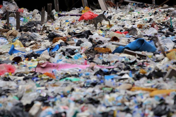 Suasana sampah yang menumpuk di Kali Gendong, Waduk Pluit, Penjaringan, Jakarta Utara, Selasa (14/3/2017). Kurangnya kesadaran masyarakat membuang sampah sembarangan mengakibatkan sampah plastik dari rumah tangga nyaris menyerupai daratan tersebut menumpuk di sepanjang Kali Gendong. (Foto: Ilustrasi)