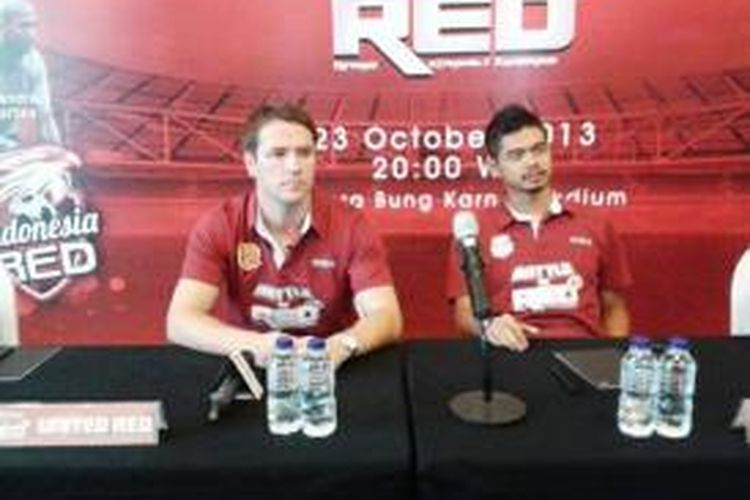 Michael Owen saat konferensi pers bersama Bambang Pamungkas di Jakarta, Selasa (22/10/2013). Foto diambil dari Twitter @MCProEnterprise