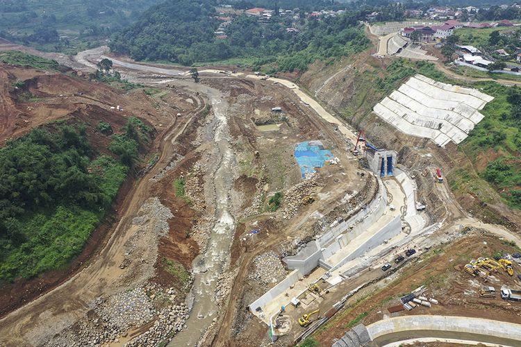 Foto udara proyek pembangunan Bendungan Ciawi di Bogor, Jawa Barat, Senin (20/1/2020). Bendungan Ciawi yang proses pengerjaannya telah mencapai 45 persen itu dibangun untuk mengendalikan aliran air dari hulu Sungai Ciliwung saat terjadi peningkatan debit air sehingga dapat mengurangi risiko banjir di Jakarta.