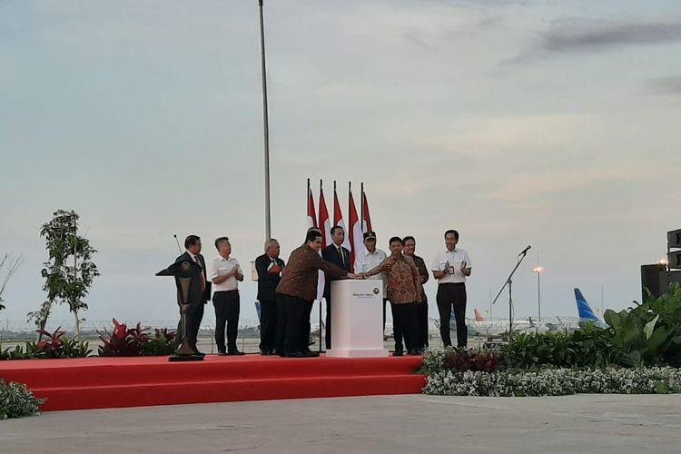 Presiden Joko Widodo meresmikan runway atau landasan pacu ketiga di Terminal 3 Bandara Soekarno-Hatta, Tangerang, Banten, Kamis (23/1/2020) petang.
