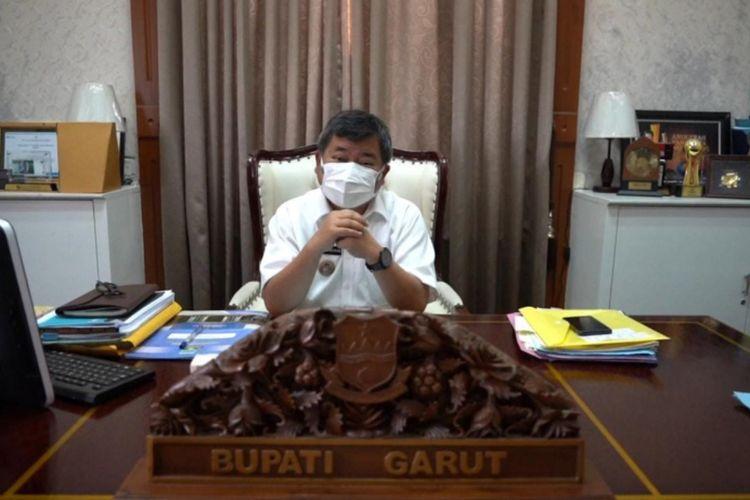 Bupati Garut Rudy Gunawan saat memberikan permyataan resmi kebijakan Pemkab Garut pasca Garut ditetapkan masuk zona merah penyebaran Covid-19 di Jawa Barat bersama 11 kabupaten/kota lainnya.