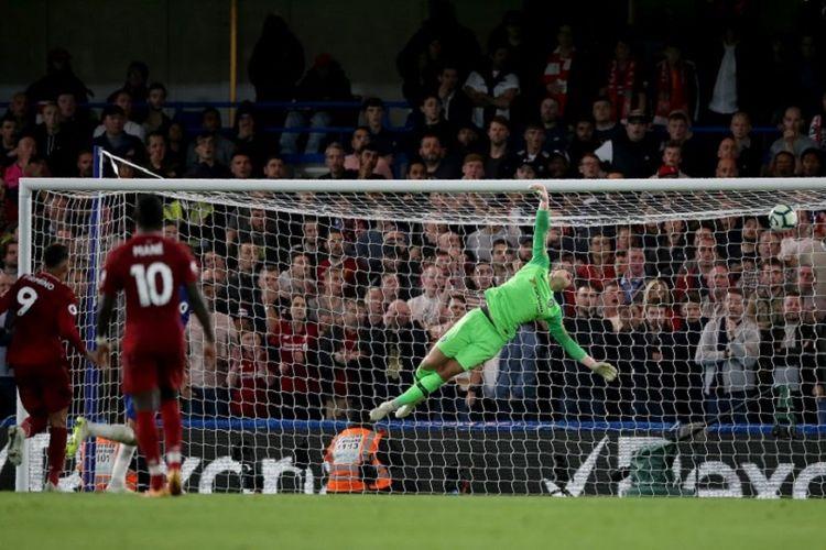 Kepa gagal menjangkau bola tendangan Daniel Sturridge pada laga Chelsea vs Liverpool dalam lanjutan Premier League di Stadion Stamford Bridge, 29 September 2018.
