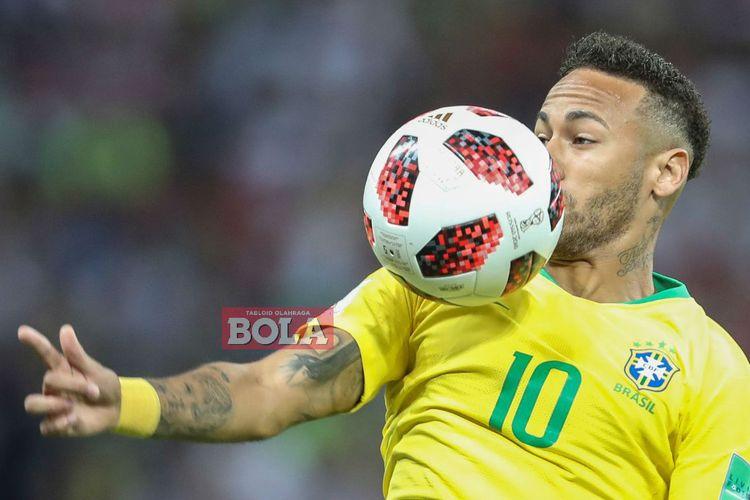 Penyerang timnas Brasil, Neymar, mengontrol bola pada laga kontra Belgia di fase perempat final Piala Dunia 2018 di Stadion Arena Kazan, Kazan, pada 6 Juli 2018.
