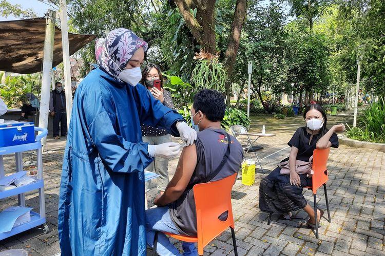 Salah satu warga saat menjalani vaksinasi di Taman Slamet, Kota Malang, Selasa (8/6/2021).