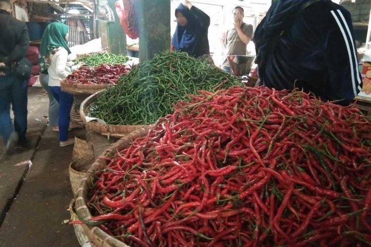 Pedagang cabai di Pasar Induk Cikurubuk Kota Tasikmalaya resah dengan kenaikan harganya mencapai Rp 90.000 per kilogramnya, Jumat (7/2/2020).