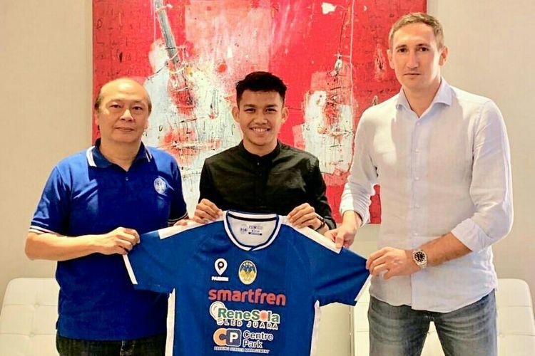 Pemain baru PSIM Jogyakarta, Witan Sulaiman (tengah).
