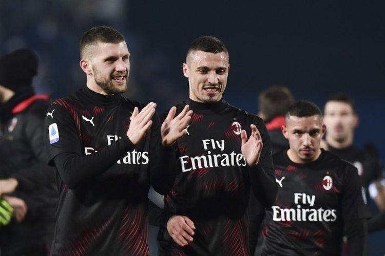 Penyerang AC Milan, Ante Rebic, bek AC Milan Italia Mattia Caldara dan bek AC Milan Aljazair Ismael Bennacer merayakan di akhir pertandingan sepak bola Serie A Italia antara Brescia dan AC Milan
