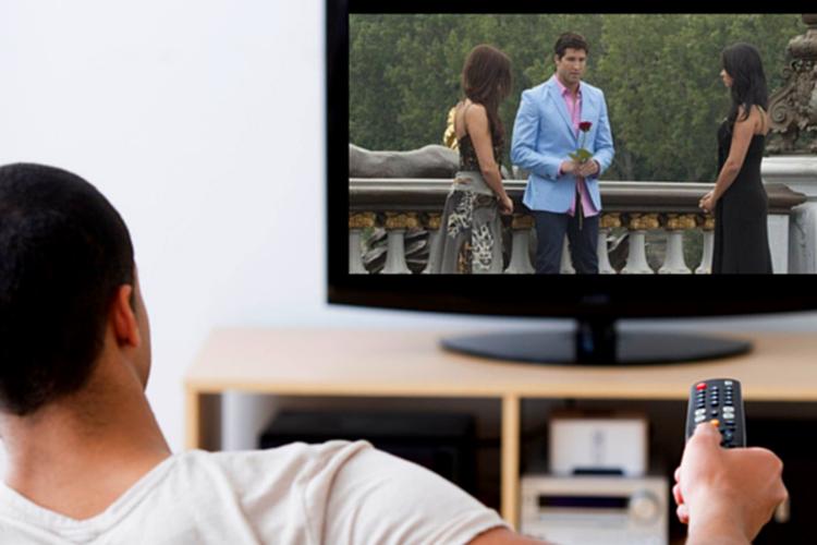 Ilustrasi seseorang sedang menonton TV