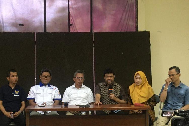 Para gabungan Konfederasi Serikat Pekerja Indonesia (KSPI) memberikan keterangan pers terkait omnibus law, di Jakarta, Sabtu (20/12/2019).