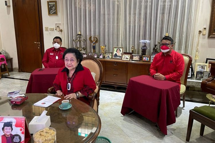 Ketua Umum PDI-P Megawati Soekarnoputri menghadiri acara Pembukaan Training of Trainer (TOT) Pendidikan Kader Madya PDI Perjuangan secara virtual dari kediamannya di Jalan Teuku Umar, Jakarta, Jumat (10/9/2021).