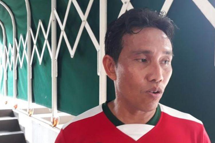 Bima Sakti, yang ditunjuk sebagai asisten pelatih timnas mendampingi Luis Milla, mengikuti laga amal di Stadion Pakansari, Cibinong, Jumat (27/1/2017).