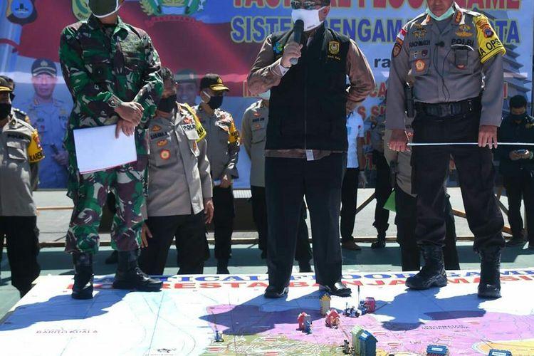 Wali Kota Banjarmasin, Ibnu Sina (tengah) bersama unsur TNI dan Kepolisian mensimulasikan sistem pengamanan kota PSBB Banjarmasin di Halaman Mapolresta Banjarmasin, Rabu (22/4/2020).