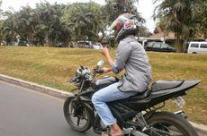 Jangan Banyak Gaya, Berkendara Motor Pakai Satu Tangan