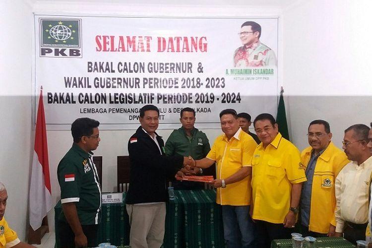 Ketua DPD Golkar NTT Ibrahim Agustinus Medah (empat dari kanan) saat mendaftar sebagai calon gubernur NTT di DPW PKB NTT, Rabu (17/5/2017)