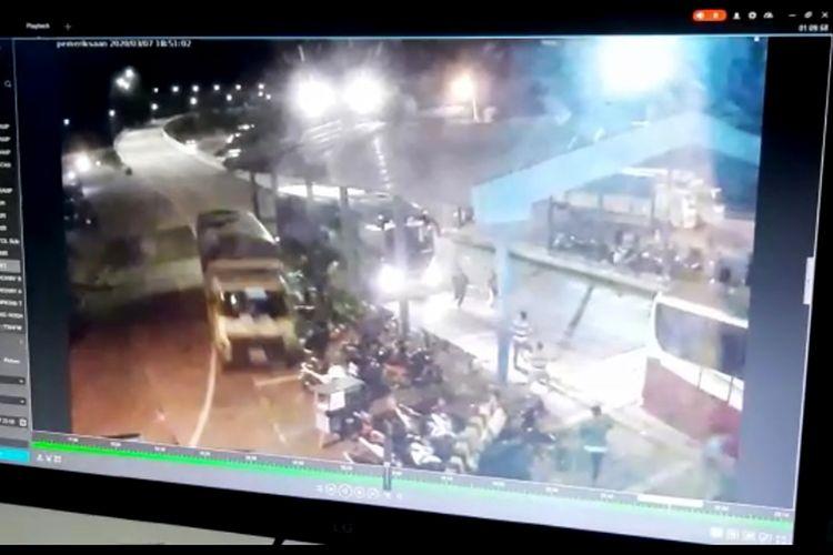 Rekaman CCTV truk fuso menabrak belasan sepeda motor di Pelabuhan Bakauheni, Sabtu (8/3/2020) malam. Tiga orang tewas dalam kecelakaan tersebut.