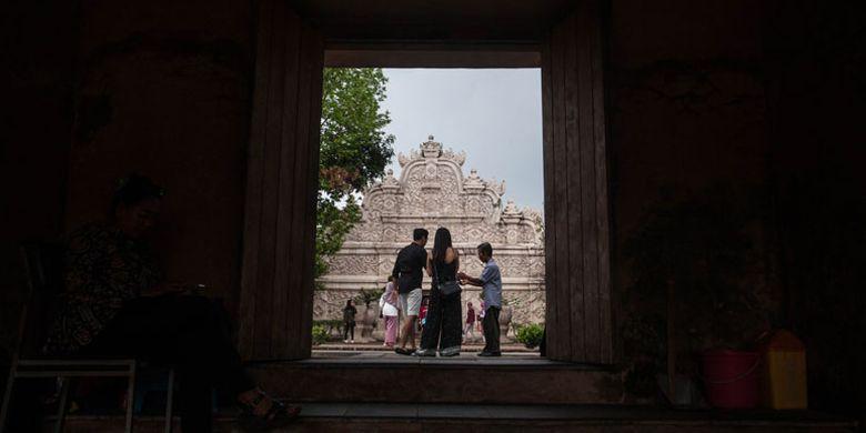 Wisatawan berkunjung di kompleks wisata Taman Sari Yogyakarta, Jumat (9/11/2018). Badan Pusat Statistik (BPS) Indonesia mencatat jumlah kunjungan wisatawan mancanegara (wisman) ke Indonesia secara kumulatif (Januari-September 2018) mencapai 11,93 juta kunjungan, atau naik 11,81 persen dibandingkan dengan jumlah kunjungan wisman pada periode yang sama tahun 2017 yang berjumlah 10,67 juta kunjungan.