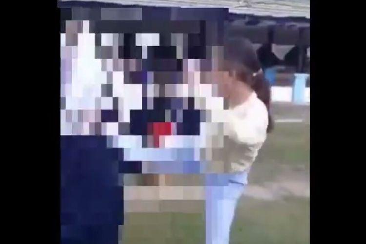 Video dua orang siswi SMP berkelahi di lapangan lembah hijau di Kota Baubau, Sulawesi Tenggara viral di media sosial, Jumat (11/6/2021).