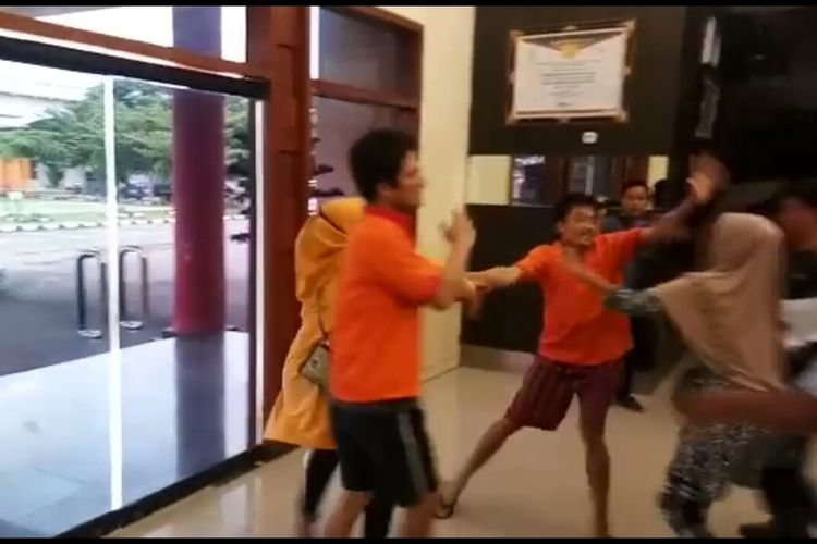 Keluarga Ruslan Sani (43), sopir taksi online yang tewas dibunuh penumpangnya, mengamuk dan memukuli dua pelaku yakni Abib Samudra alias Iwan (36)dan Sulaiman (37) saat akan melakukan rekontruksi di Mapolrestabes Palembang, Selasa (4/2/2020).