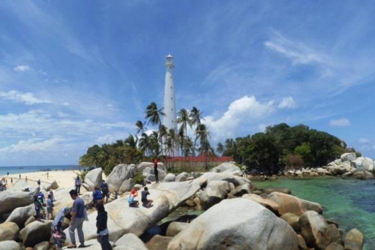 Pulau Lengkuas yang memiliki mercusuar setinggi 62 meter dengan ratusan anak tangga. Diatasnya wisatawan dapat melihat berbagai pulau kecil dan birunya laut Belitung.