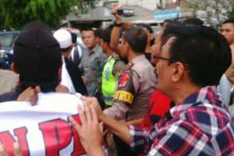 Blusukan calon wakil gubernur DKI Jakarta Djarot Saiful Hidayat di RW 08 Kelurahan Kedoya Utara, Kecamatan Kebon Jeruk, Jakarta Barat, diwarnai unjuk rasa penolakan. Rabu (9/11/2016).