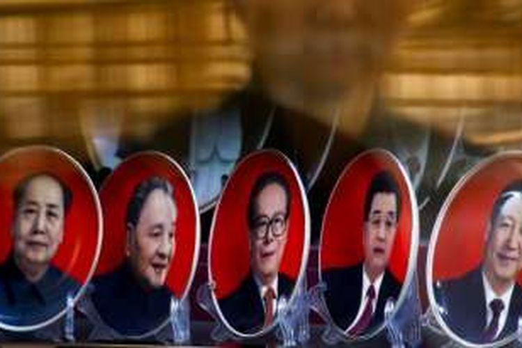 Sebuah toko di Beijing menjual cenderamata piring-piring bergambarkan para mantan pemimpin China (dari kiri ke kanan) Mao Zedong, Deng Xiaoping, Jiang Zemin, Hu Jintao, dan Presiden saat ini Xi Jinping.