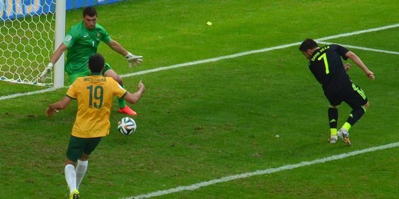 Striker Spanyol, David Villa (kanan), mencetak gol ke gawang Australia yang dikawal Mathew Ryan (kiri), dalam laga Grup B Piala Dunia 2014, Senin (23/6/2014).