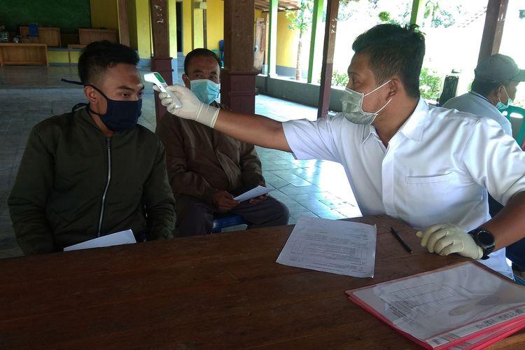 Warga mudik di Desa Tamanarum  Magetan menjalani pemeriksaan kesehatan di pos gugus penanganan covid 19. 4 warga Desa Tamanarum yang bekerja sebagai kuli bangunan terpaksa menjalani isolasi di balai desa setelah warga khawatir karena mereka pulang dari zona merah di Bali.