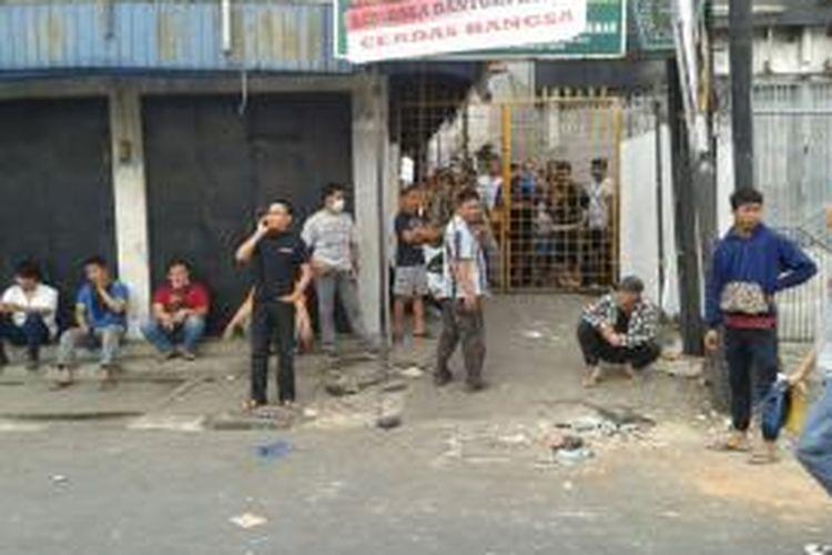Warga kampung pulo pasca bentrok denga n aparat. Nampak pemukiman warga sempat ditutup setelah dipukul mundur aparat.