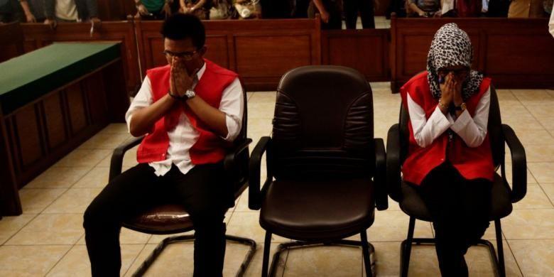 Dua tersangka kasus pembunuhan Ade Sara, Assyifa Ramadhani dan Ahmad Imam Al Hafitd menjalani sidang perdana di ruang sidang Pengadilan Negeri Jakarta Pusat, Jakarta, Senin (19/8.2014). Pasangan kekasih ini menjadi tersangka atas pembunuhan Ade Sara Angelina Suroto. Ade dianiaya dengan cara disetrum, dicekik, serta disumpal mulutnya menggunakan kertas dan tisu.