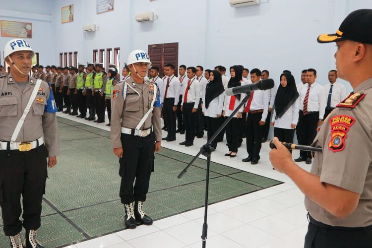 Kapolres Aceh Utara AKBP Ian Rizkian, memimpin pemberhentian dua personel polisi yang diwakili oleh provos di Aula Tribrata Polres Aceh Utara, Senin (2/12/2019)