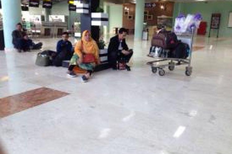 Penumpang yang telantar di bandara Praya Lombok karena ditinggalkan pesawat yang telah terbang ke Bima, Jumat (13/3/2015).