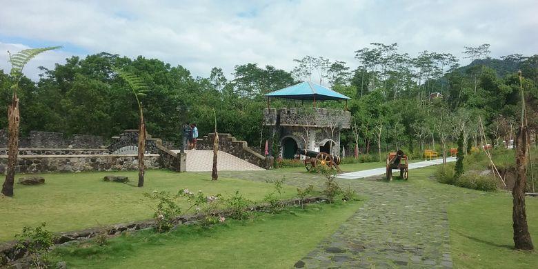 The Lost World Castel di Kepuharjo, Cangkringan, Kabupaten Sleman, DI Yogyakarta. Tempat wisata ini menjual keindahan alam di lereng Gunung Merapi dipadu dengan fasilitas untuk foto selfie.
