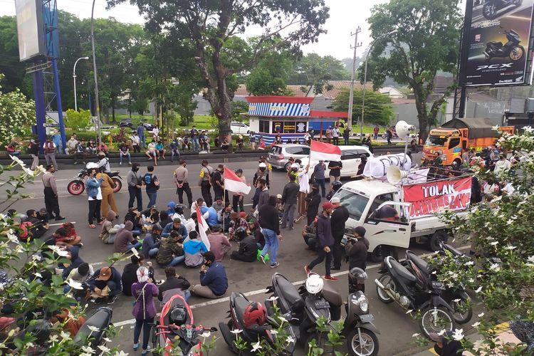 Para peserta aksi tolak UU Cipta Karya di simpang Artos Magelang Jumat (9/10/2020)
