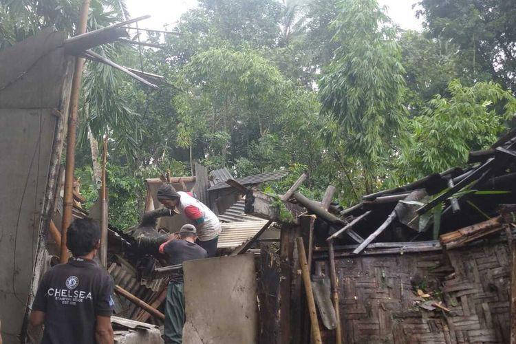 Pohon tumbang di Kecamatan Bululawang, Kabupaten Malang yang menimpa rumah warga, Rabu (10/3/2021).