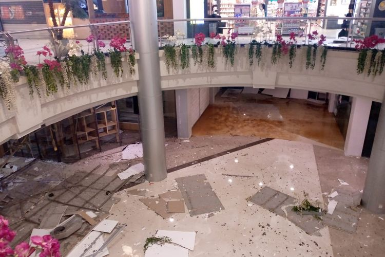 Plafon Margo City runtuh, sebabkan 4 orang luka-luka. Sumber: Damkar Kota Depok