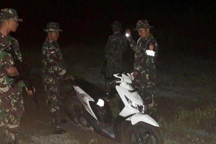 Anggota TNI dari Tugas Pengamanan Perbatasan (Satgas Pamtas) Batalyon Infanteri (Yonif) Raider 321/ Galuh Taruna Divisi Infanteri 1 Kostrad, amankan sepeda motor Honda Beat yang hendak diselundupkan ke Timor Leste, Senin (6/3/2017) dinihari tadi