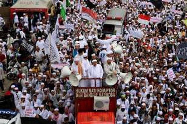 Massa Front Pembela Islam melakukan longmarch dari Masjid Al-Azhar menuju ke Mabes Polri di Jakarta Selatan, Senin (16/1/2017). Mereka menuntut agar Kapolri Jenderal Pol Tito Karnavian mencopot Kapolda Jawa Barat Irjen Anton Charliyan dari jabatannya karena dianggap membiarkan pecahnya kerusuhan antara FPI dan LSM GMBI di Bandung, Jawa Barat pada pekan lalu.