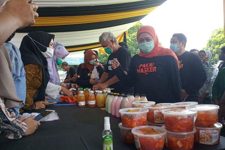 Gubernur Jawa Timur Khofifah Indar Parawansa saat melihat produk UMKM Jember di KPwBI Jember Minggu (15/11/2020). Ia keJember dalam rangka kampanye gowes pakai masker, warga bisa ke mana-mana asal mengikuti protokol kesehatan, salah satunya pakai masker.