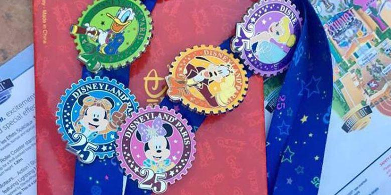 Aneka badge sebagai suvenir di Disneyland Paris.