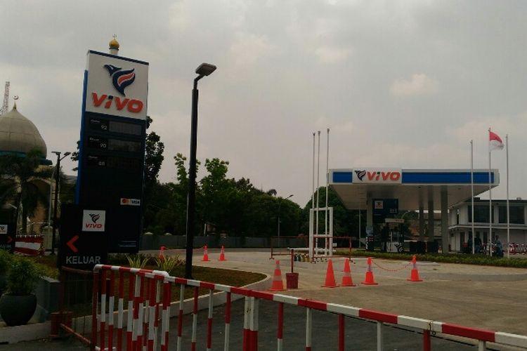 Lambang SPBU Vivo di Jalan Raya Cilangkap, Jakarta Timur, Kamis (21/9/2017) belum ditutup sesuai perintah Kementerian ESDM.
