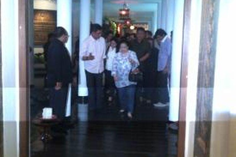 Megawati bersama Jokowi serta para petinggi PDIP usai makam siang di restoran Melati, Hotel Tugu Malang. Mega dan Jokowi makan di meja yang pernah digunakan oleh Oei Tiong Ham, Raja Gula Indonesia, terkaya di Asia pada tahun 1800-an lalu.Rabu (12/3/2014).