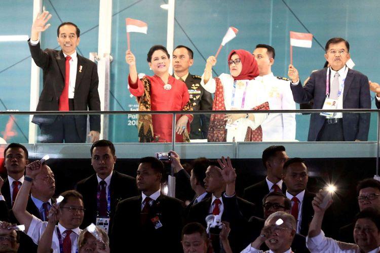 Presiden Joko Widodo (kiri) bersama Ibu Iriana Joko Widodo (kedua kiri), Wapres Jusuf Kalla (kanan) dan Ibu Mufidah Jusuf Kalla (ketiga kanan) melambaikan tangan ke kontingen Indonesia pada Upacara Pembukaan Asian Games ke-18 Tahun 2018 di Stadion Utama Gelora Bung Karno, Senayan, Jakarta, Sabtu (18/8/2018).