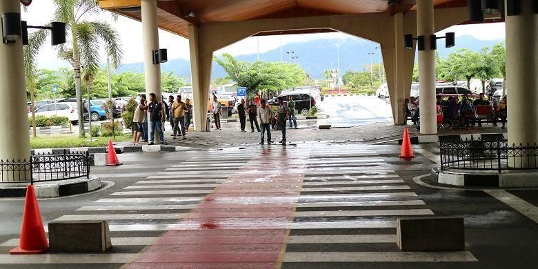 Sopir-sopir mobil travel di Bandara Internasional Minangkabau menawarkan jasa angkutan untuk menuju obyek-obyek wisata di Sumatera Barat.