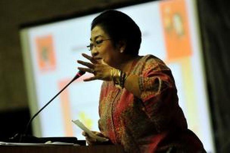 Megawati Soekarnoputri memberikan pidatonya saat menghadiri Seminar Kemandirian Energi Nasional, di Kompleks Parlemen Senayan, Jakarta, Selasa (31/5/2011).