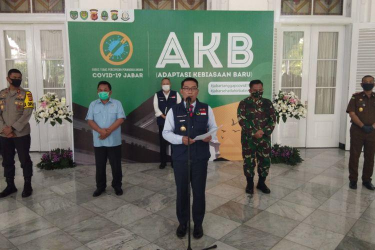 Gubernur Jawa Barat Ridwan Kamil saat menghadiri konferensi pers perkembangan Covid-19 Jabar di Gedung Pakuan, Kota Bandung, Jumat (12/6/2020).